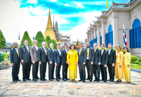 Khunying Patama Leeswadtrakul leads the board of directors and the musicians to offer flower vases and sign to salute on the occasion of H.M. King Maha Vajiralongkorn's birthday